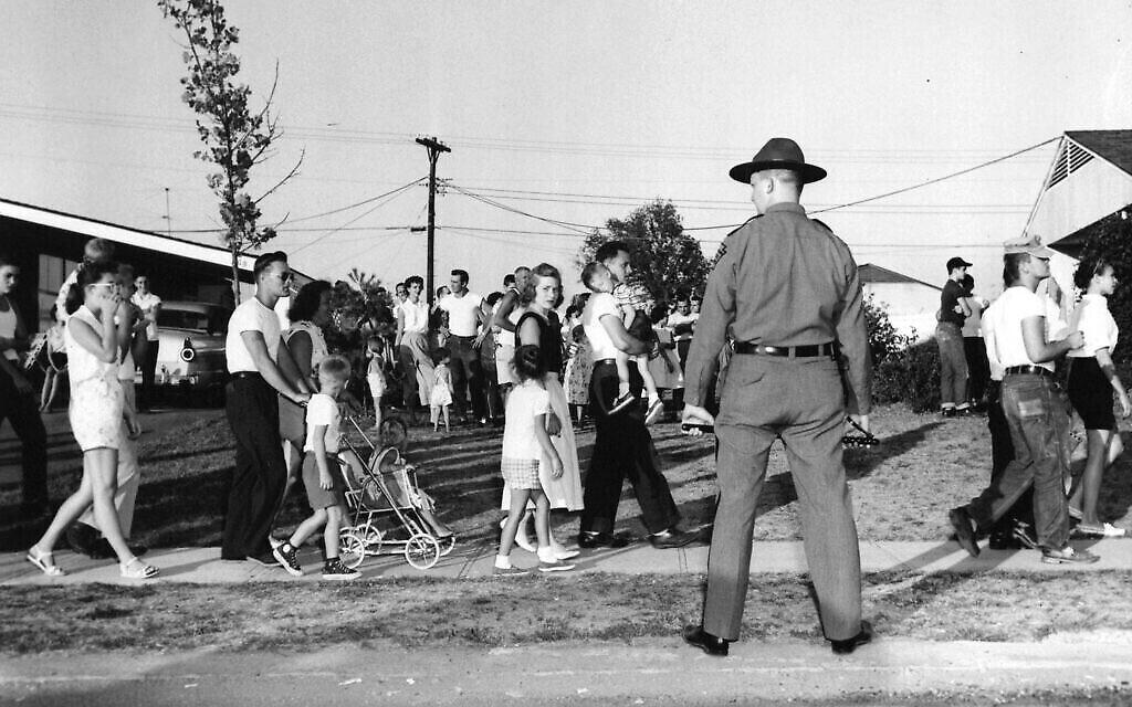 Des manifestants blancs à Levittown. (Crédit : Domaine public)