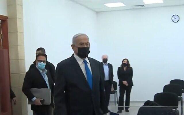 Le Premier ministre Benjamin Netanyahu arrive au tribunal de Jérusalem, le 8 février 2021. (Capture d'écran Kan)