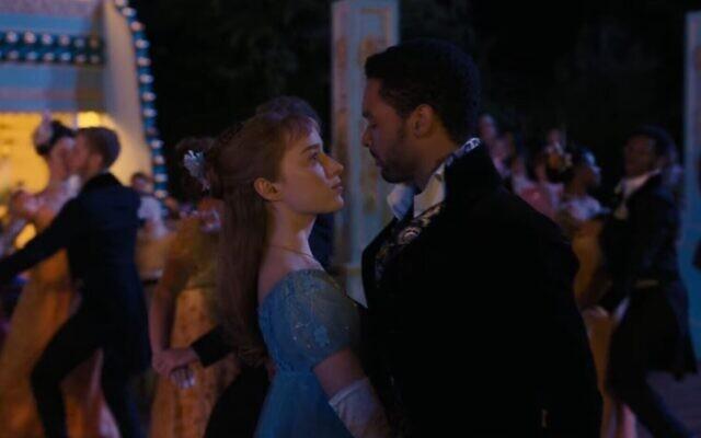 Phoebe Dynevor dans le rpole de Daphne Bridgerton avec Rege-Jean Page dans le rôle du duc de Hastings dans 'Bridgerton.' (Capture d'écran)
