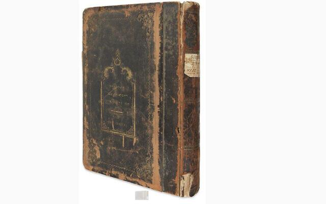 Un registre funéraire de la communauté juive de Cluj proposé lors d'une vente aux enchères qui aurait été volé pendant la Shoah. (Autorisation : Kestenbaum & Company via JTA)
