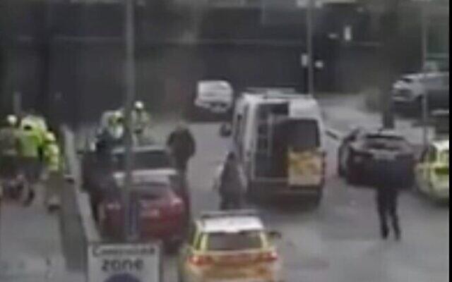 Capture d'écran d'une vidéo d'un incident survenu à Londres.Un individu a lancé un cocktail Mololov devant une synagogue, le 2 février 2021. (Crédit : YouTube)