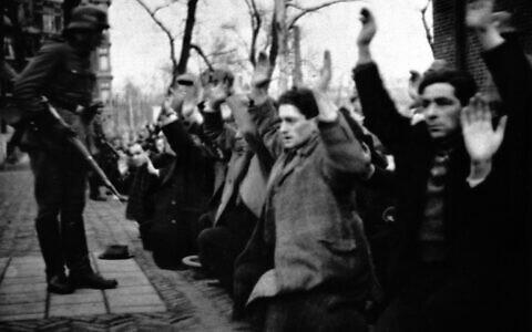 A Jodenbuurt, à Amsterdam, des Juifs rassemblés et arrêtés par les soldats allemands au mois de février 1941. (Crédit : Domaine public)
