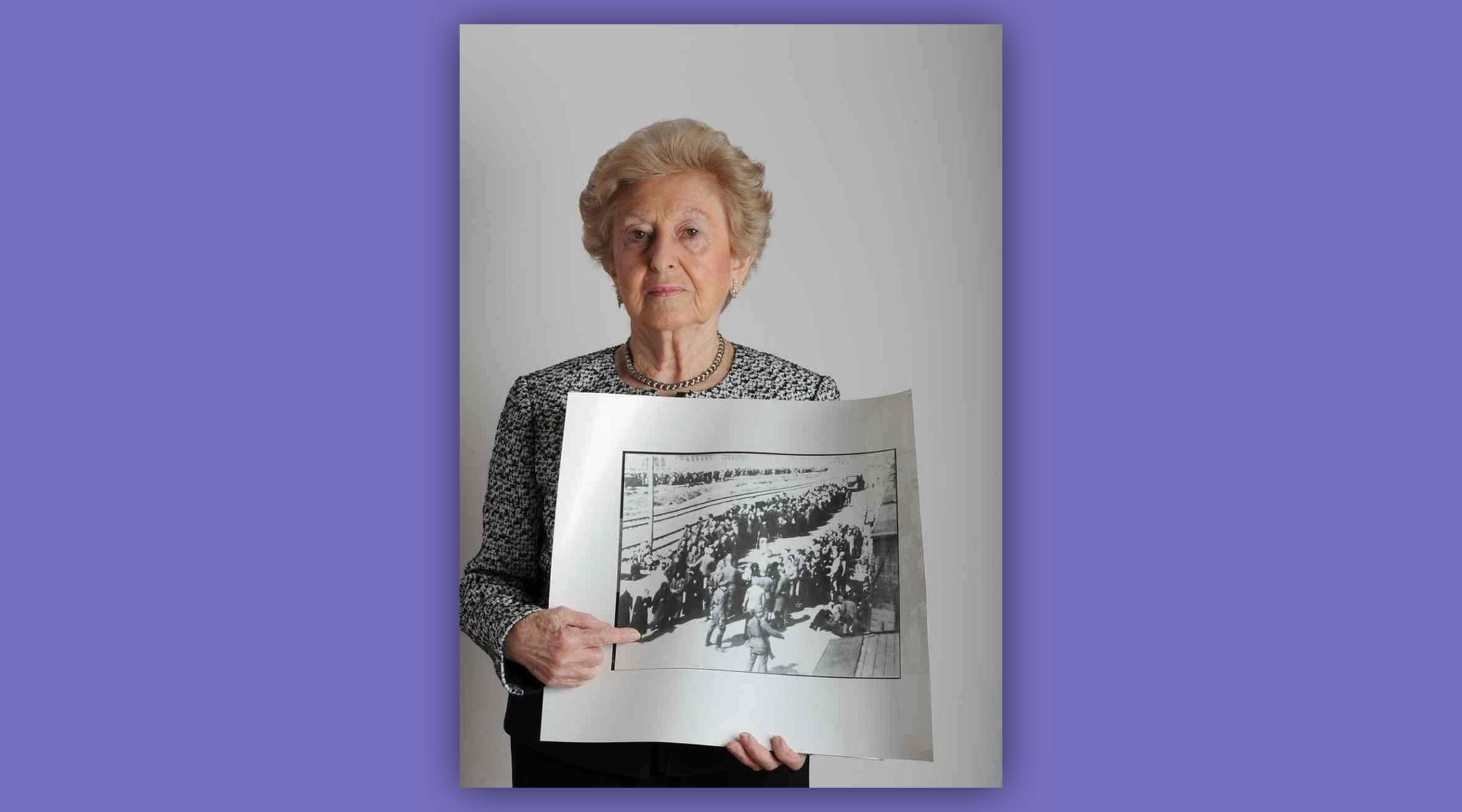 Irene Fogel Weiss avec une photo la montrant à son arrivée à Auschwitz au mois de mai 1944. (Autorisation :  Lesley Weiss/ via JTA)