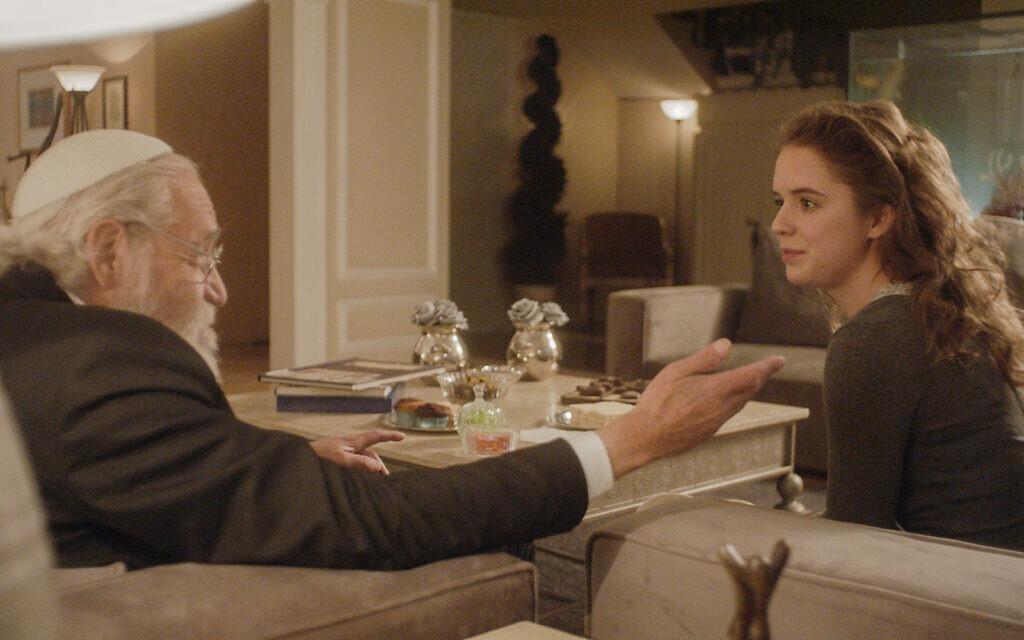 """Naian González Norvind, à droite, parle au rabbin dans """"Leona"""", réalisé par Isaac Cherem. (Crédit : Diana Garay, autorisation de Fosforescente/ Menemsha Films)"""