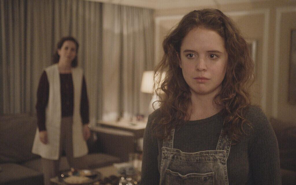 """Naian González Norvind, à droite, et Carolina Politi dans """"Leona"""", réalisé par Isaac Cherem. (Crédit : Diana Garay, Autorisation : Fosforescente/ Menemsha Films)"""