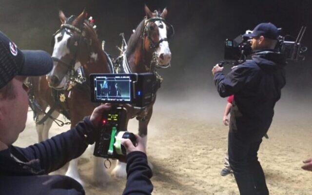 Une équipe de tournage utilisant la technologie israélienne Amimon, qui a reçu un Oscar scientifique et technique en 2021. (Autorisation Amimon)