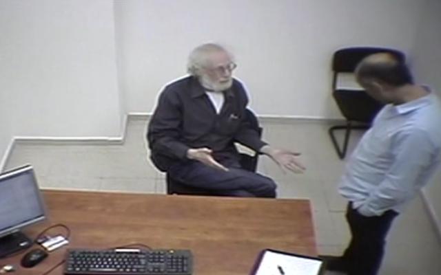 Feu Shaya Segal parle aux enquêteurs dans une interview non datée, dans une séquence diffusée le 25 février 2021. (Capture d'écran : Treizième chaîne)