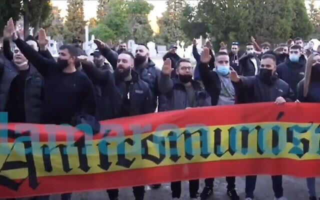 Des néo-nazis rendent hommage à Hitler lors d'une manifestation près d'un cimetière à Madrid, en Espagne, le 13 février 2021 (Crédit : Lamarea.com via JTA)
