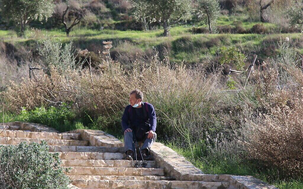 Assis dans les buissons à Emek Tzurim. (Aviva et Shmuel Bar-Am)