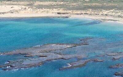 Les plaques de goudron sur les côtes du nord d'Israël, des photos prises depuis un hélicoptère par le directeur de l'Autorité de la nature et des parcs, Shaul Goldstein, le 22 février 2021 (Autorisation)