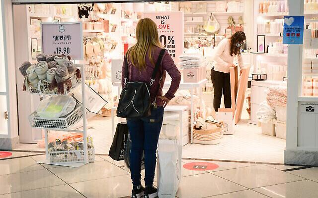 Des clients font leurs achats dans un centre commercial de Bat Yam qui a été partiellement ouvert malgré le confinement, le 11 février 2021. (Crédit : Avshalom Sassoni / Flash90)