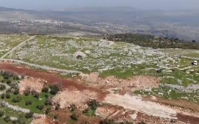 Des ouvriers de l'Autorité palestinienne ont détruit une partie du mur de soutènement d'un complexe archéologique de Cisjordanie qui abriterait un autel construit par le personnage biblique Josué, le 11 février 2021. (Screencapture/twitter)