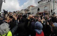 Illustration : Des personnes protestent contre la montée de la violence dans les communautés arabes à Umm al-Fahm, le 5 février 2021. (Autorisation/ Kumi Yisrael)