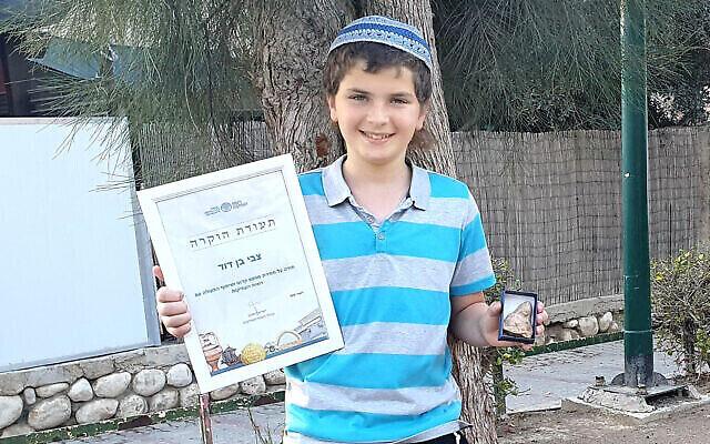 Zvi Ben-David, 11 ans, qui a découvert une statuette de fertilité vieille de 2500 ans. (Crédit :  Oren Shmueli, Autorité israélienne des antiquités)