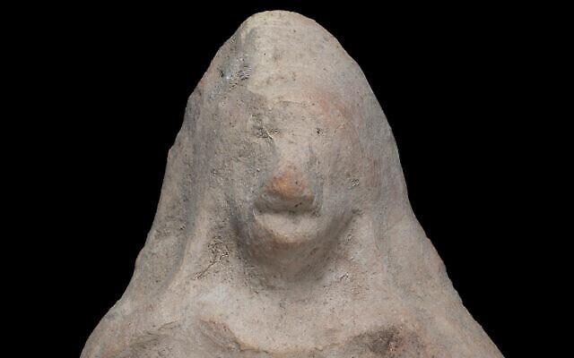 La statuette vieille de 2500 ans découverte par un jeune garçon de 11 ans. (Crédit : Yevgeny Ostrovsky, Autorité israélienne des antiquités)