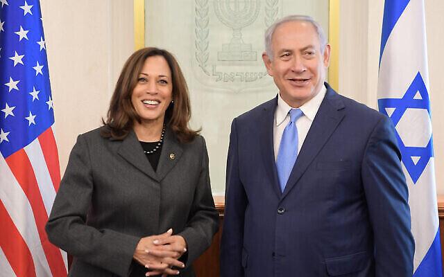 Kamala Harris, à gauche, alors sénatrice, accueillie par le Premier ministre israélien Netanyahu dans son bureau de Jérusalem, en novembre 2017. (Amos Ben Gershom / GPO)