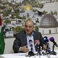 Nasser al-Kidwa, membre du Comité central du Fatah et neveu du défunt leader palestinien Yasser Arafat, intervient lors d'une conférence de presse à Ramallah, en Cisjordanie, le 23 janvier 2019, avec pour toile de fond le Dôme du Rocher à Jérusalem, pour commenter la décision d'un tribunal israélien de délivrer un privilège temporaire sur un terrain appartenant à Arafat à Jérusalem-Est. (ABBAS MOMANI / AFP)