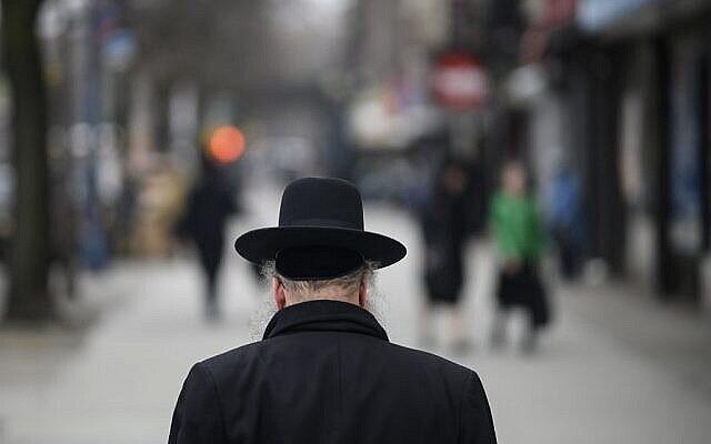 Illustration : un homme juif traverse une rue dans un quartier juif haredi à Williamsburg, Brooklyn, le 9 avril 2019 à New York. (Johannes Eisele / AFP)