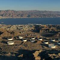 Cette photographie aérienne montre les containers de stockage de pétrole de l'EAPC  (Eilat Ashkelon Pipeline Company  )dans les montagnes situées à proximité de la mer Rouge, à Eilat, le 10 février 2021. (Crédit :  MENAHEM KAHANA / AFP)