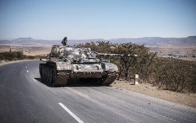 Un char endommagé sur une route au nord de Mekele, la capitale du Tigré, le 26 février 2021. (Crédit : EDUARDO SOTERAS / AFP)
