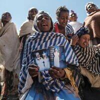 Des femmes pleurent les victimes d'un massacre qui aurait été perpétré par des soldats érythréens dans le village de Dengolat, au nord de Mekele, la capitale du Tigré, le 26 février 2021 (Crédit : EDUARDO SOTERAS / AFP)