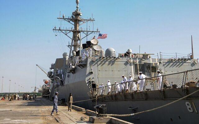 Le destroyer de missiles guidés USS Winston S. Churchill (DDG 81) de l'US Navy, qui fait partie de l'escadron de destroyers 2, jette l'ancre à Port Soudan le 1er mars 2021. (Crédit : AFP)