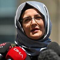 Hatice Cengiz, fiancée du journaliste saoudien assassiné Jamal Khashoggi, s'adresse à la presse le 3 juillet 2020 alors qu'elle quitte le palais de justice d'Istanbul, après avoir assisté au procès de 20 suspects saoudiens dont deux anciens collaborateurs du prince héritier Mohammed ben Salmane, accusés d'avoir tué et démembré son fiancé en 2018. (Crédit : Ozan KOSE / AFP)