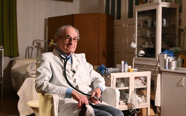 Istvan Kormendi, médecin hongrois de 97 ans, dans son cabinet à son domicile de Budapest, le 22 mars 2021. (Crédit : ATTILA KISBENEDEK / AFP)