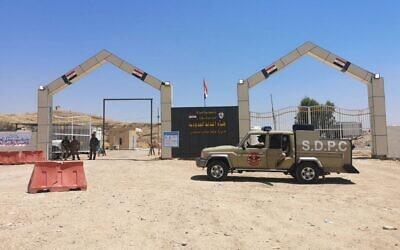 Des membres des forces paramilitaires de Hashed al-Shaabi (Mobilisation populaire) montent la garde du côté irakien du passage de Mandali à la frontière avec l'Iran, le 11 juillet 2020. Le passage de Mandali à la frontière iranienne est géré par l'Organisation Badr, un mouvement irakien fondé en Iran, ont confirmé les travailleurs du port, les responsables et les analystes. Un responsable sur place s'est vanté auprès de l'AFP qu'un agent frontalier pouvait récolter 10 000 dollars par jour en pots-de-vin, dont la majeure partie est distribuée au groupe armé de supervision et aux responsables complices. (Crédit : Maya GEBEILY / AFP)