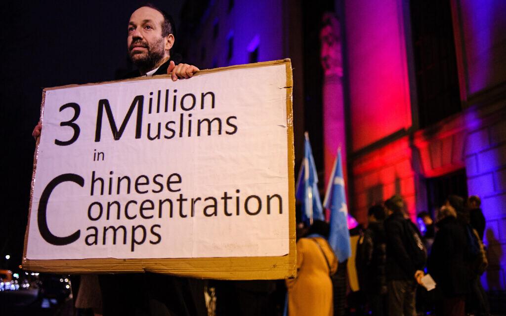 Un homme juif nommé Andrew proteste contre l'oppression des Ouïghours de Chine devant l'ambassade de Chine à Londres, le 5 janvier 2020. (David Cliff / NurPhoto via Getty Images / via JTA / SUE)