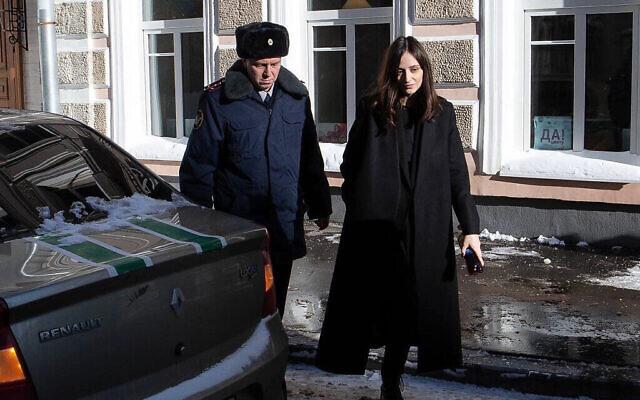 Un policier escorte Lucy Shteyn au tribunal après son assignation à résidence à son domicile de Moscou, en Russie, le 15 février 2021. (Autorisation : Lucy Shteyn / via JTA)