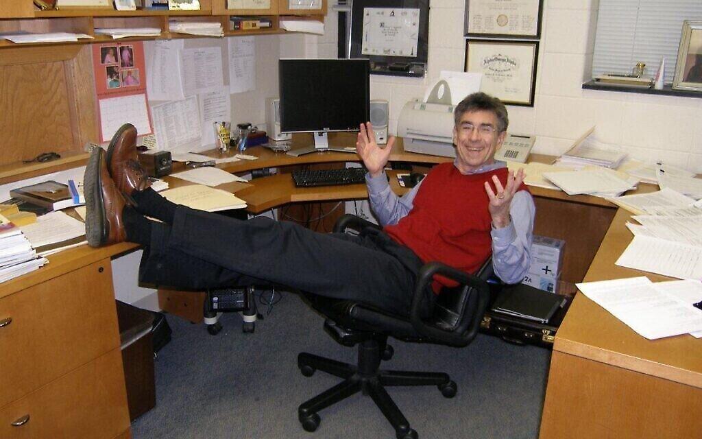 Le Dr. Robert Lefkowitz dans son bureau de la Duke University, avec une pose familière pour ses élèves : Les pieds sur le bureau, le sourire au visage, exultant face à ses dernières données découvertes. (Autorisation)