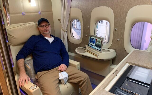 Moti Kahana dans un avion entre Dubaï et le New Jersey, le 28 février 2021. (Autorisation de Moti Kahana)