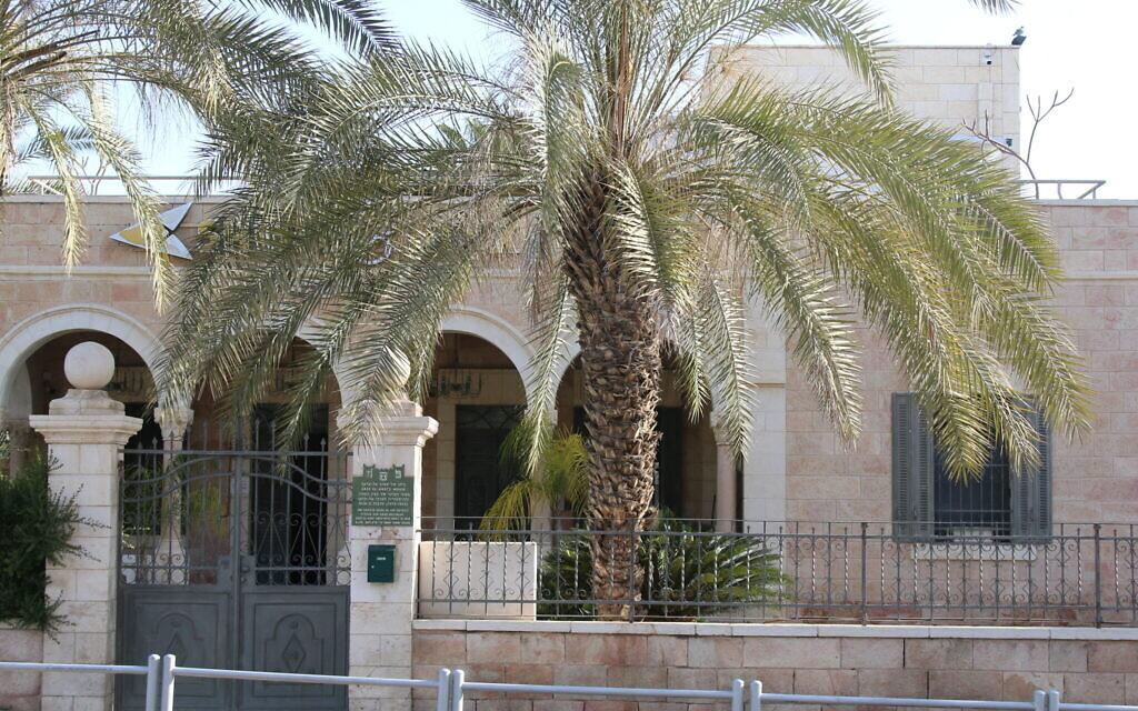 Cette ancienne maison d'un officier turc à Beer Sheva abrite aujourd'hui une banque. (Shmuel Bar-Am)