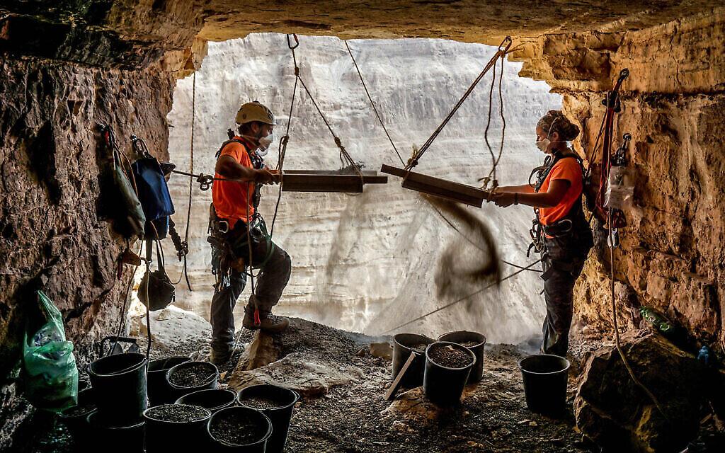 Les archéologues Hagay Hamer et Oriah Amichai à l'entrée de la Grotte des Horreurs. (Crédit : Eitan Klein, Autorité israélienne des antiquités)
