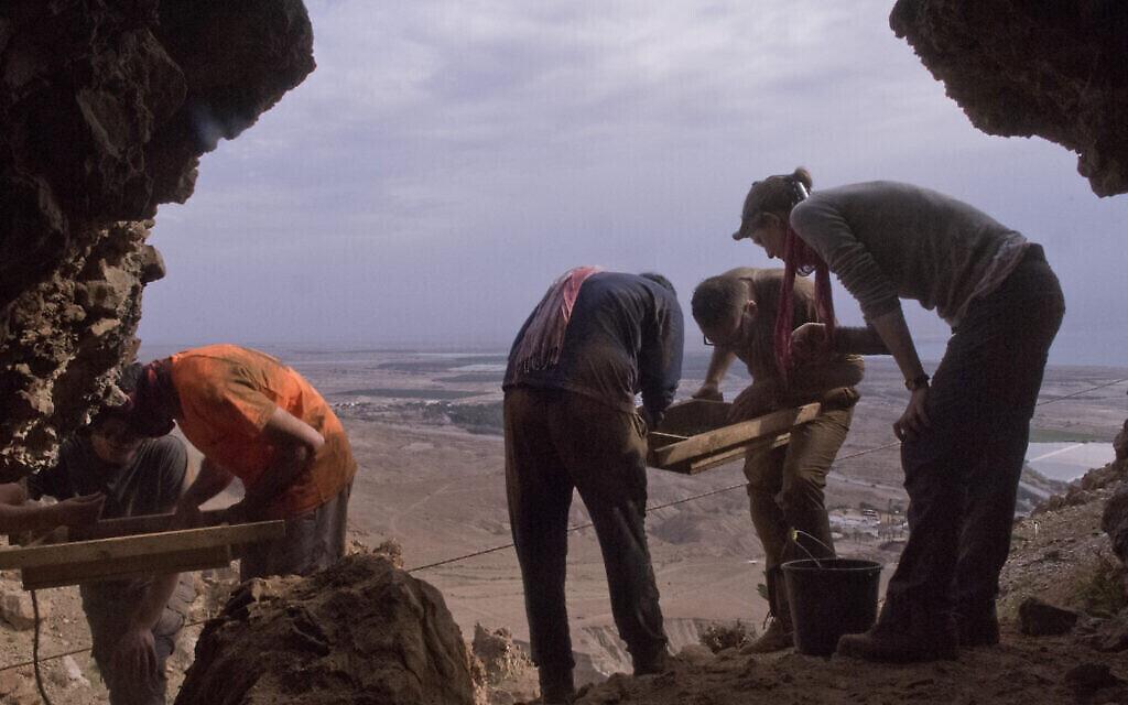Des fouilles à Qumran. (Crédit : Shai Halevi, Autorité israélienne des antiquités)