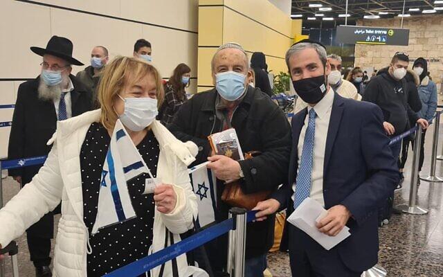 Yossi Taieb (à droite) et des olim francophones à leur arrivée en Israël, à l'aéroport Ben Gurion, le 24 février 2021. (Crédit : Yossi Taieb / Facebook)