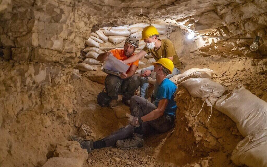 Des dizaines de jeunes d'académies prémilitaires ont pris part aux fouilles. (Crédit : Yaniv Berman, Autorité israélienne des antiquités)