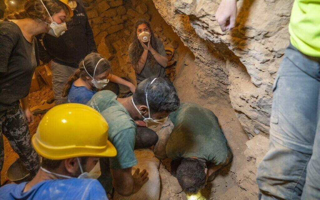 La découverte d'un panier vieux de 10 500 ans par des élèves de programmes préparatoires. (Crédit : Yaniv Berman, Autorité israélienne des antiquités)