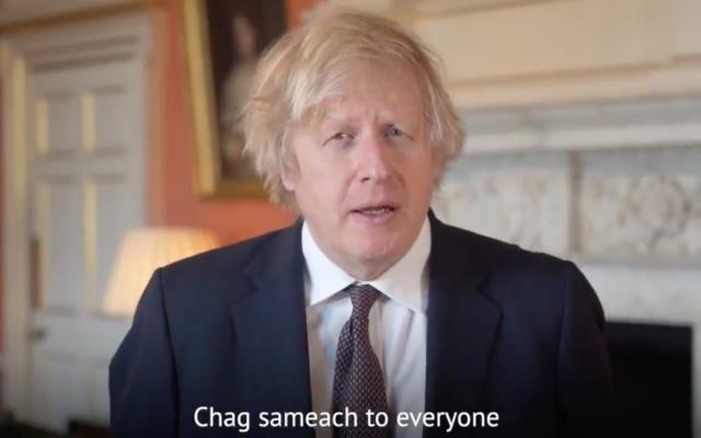 Vendredi, le Premier ministre britannique Boris Johnson a souhaité aux Juifs britanniques une joyeuse Pâque dans un message vidéo. (Capture d'écran : Twitter)