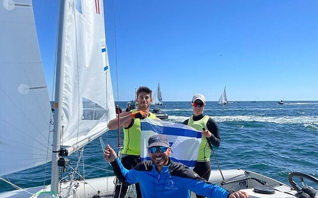 Gil Cohen et Noam Homri avec leur entraîneur Eran Sela ((Autorisation : Association israélienne de voile)