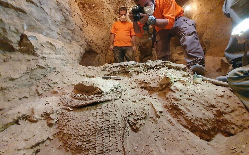 Le panier retrouvé dans la Grotte de  Murabaat. (Crédit : Autorité israélienne des antiquités)