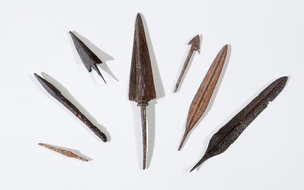 Des pointes de flèche découvertes dans l'opération menée dans le désert de Judée. (Crédit : Dafna Gazit, Autorité israélienne des antiquités)