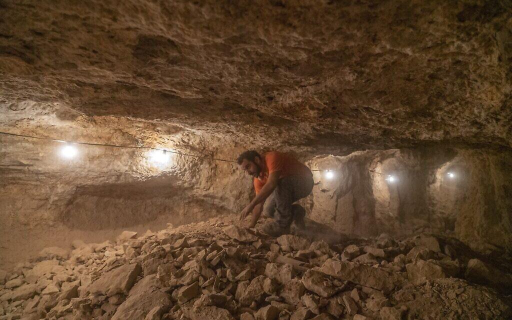 Les fouilles dans les grottes se sont réalisées dans des conditions difficiles. (Crédit : Yaniv Berman/IAA)