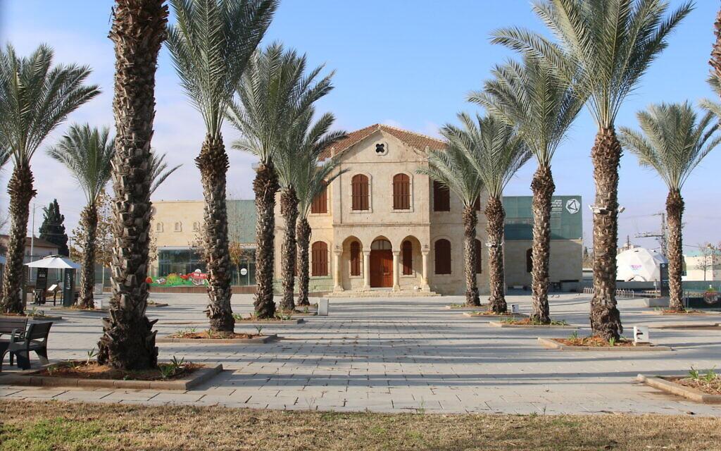 L'ancienne école gouvernementale de Beer Sheva est maintenant le parc scientifique de Carasso. (Shmuel Bar-Am)