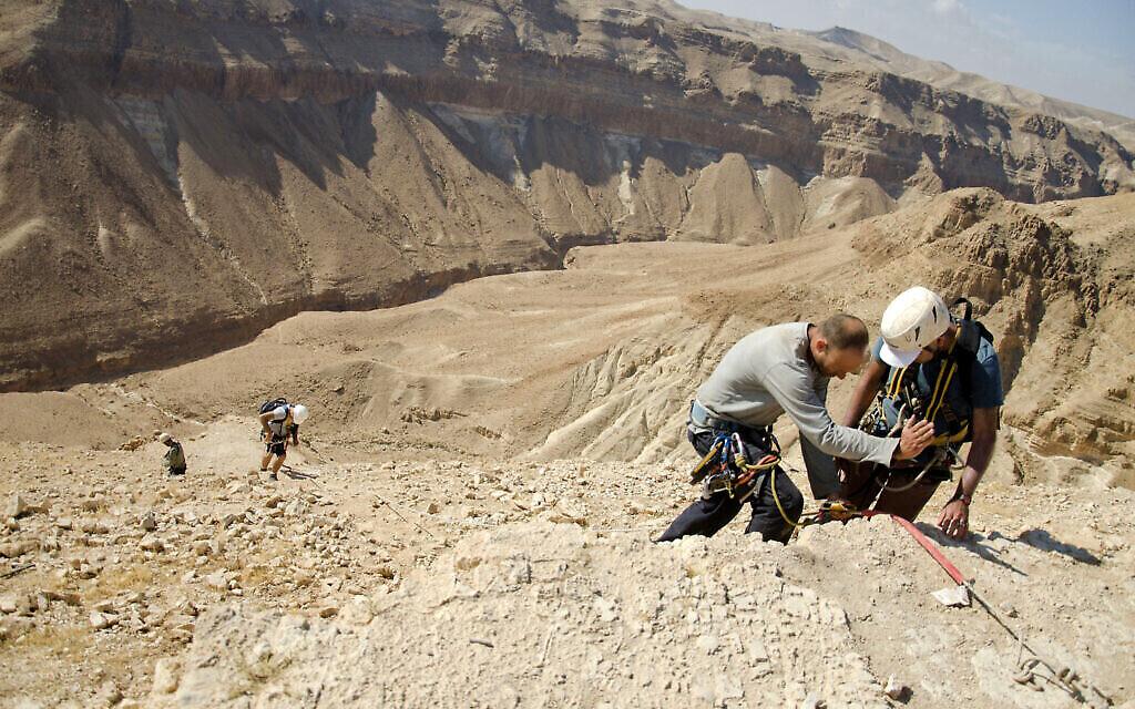 La montée en rappel vers la Grotte des crânes. (Crédit : Yoli Schwartz, Autorité israélienne des antiquités)