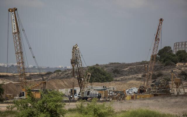 Les travaux entrepris pour construire une barrière souterraine massive du côté israélien de la frontière avec Gaza, le 8 septembre 2016. (Crédit : AP Photo / Tsafrir Abayov)