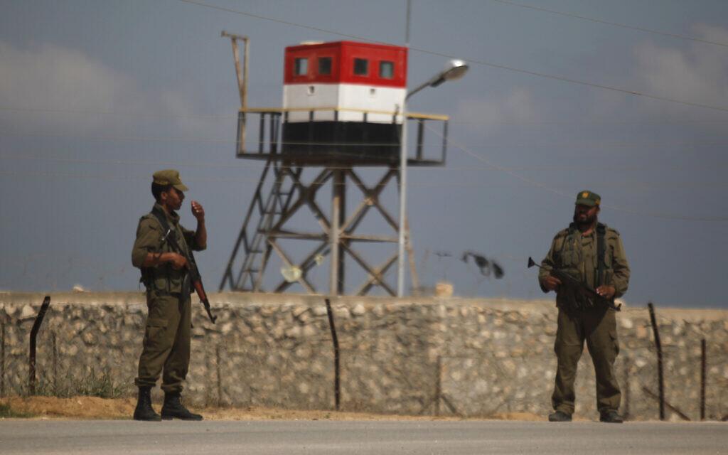 Des gardes palestiniens du Hamas se tiennent près d'une tour de guet égyptienne à la frontière avec l'Égypte à Rafah, dans le sud de la bande de Gaza. (AP/Hatem Moussa)