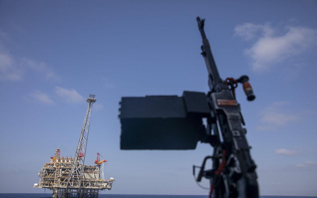 Sur cette photo d'archive du mardi 29 septembre 2020, le champ gazier offshore Leviathan d'Israël est vu depuis le navire de la marine israélienne Lahav lors d'une rare sortie en mer Méditerranée, en Israël. (AP/Ariel Schalit)