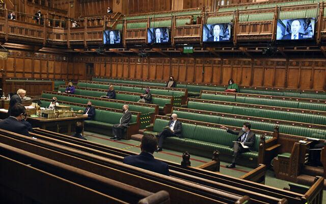 Le Premier ministre britannique Boris Johnson, à gauche, s'exprime lors des questions au Premier ministre à la Chambre des Communes de Londres, le 10 février 2021. (Crédit : Jessica Taylor/Parlement britannique via AP)